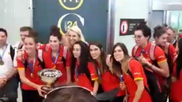 Las jugadoras de la selección española de baloncesto femenino posan con el trofeo de campeonas de Europa