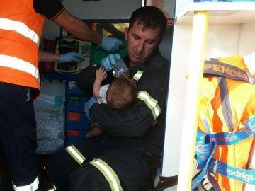 El bombero dando el biberón al bebé