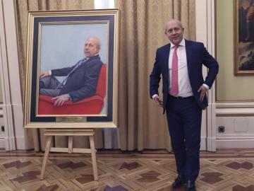 El exministro José Ignacio Wert posando junto a su retrato