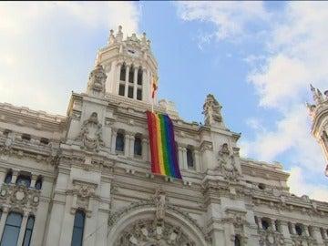 """La bandera arcoiris que dará la """"vuelta al mundo"""" viste Cibeles por Orgullo"""