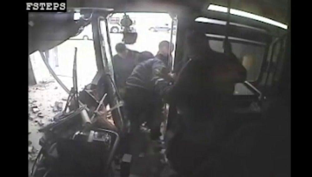 Dramáticas imágenes de un accidente de autobús en Detroit