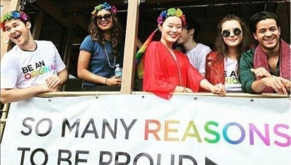 Actores de 'Por 13 razones' en la fiesta del Orgullo Gay de San Francisco