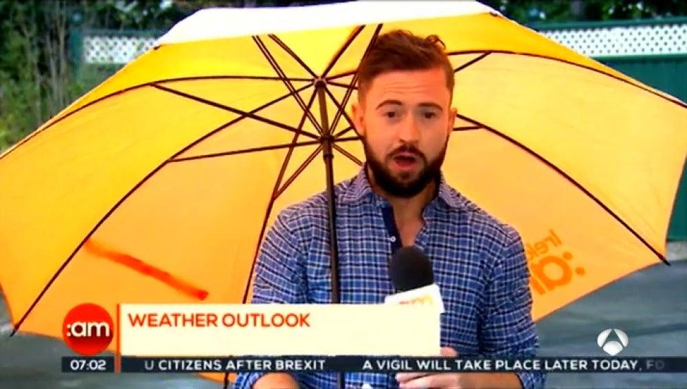 El viento juega una mala pasada a un reportero en directo