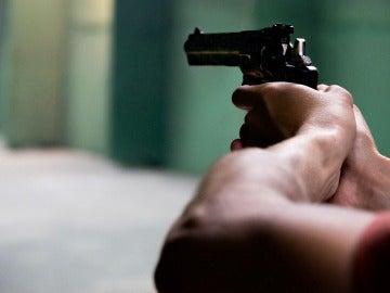 Hombre apunta con una pistola