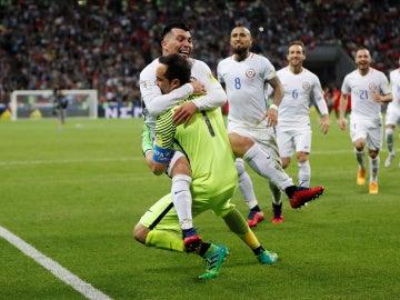 Los jugadores de Chile celebran el pase a la final de la Confederaciones
