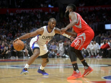 Chris Paul intenta marcharse de James Harden durante un partido