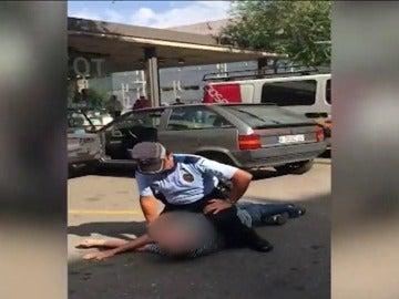 Un agente municipal tira al suelo a un anciano