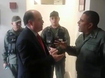 Enfrentamiento entre el presidente de la Asamblea Nacional y un Guardia Nacional