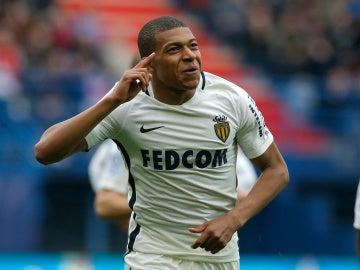 Mbappé celebra un gol con el Mónaco