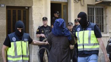 Efectivos de la Policia trasladan a un hombre detenido