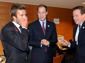 David Beckham dialoga con el príncipe Guillermo y David Cameron