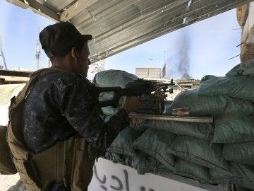 Un policía iraquí durante un enfrentamiento con miembros de Daesh cerca de Mosul (Irak)