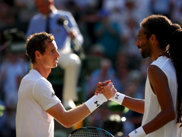 Andy Murray saluda a Dustin Brown tras sellar su pase a tercera ronda