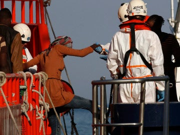 Salvamento marítimo rescatan una patera con 31 personas  Archivo