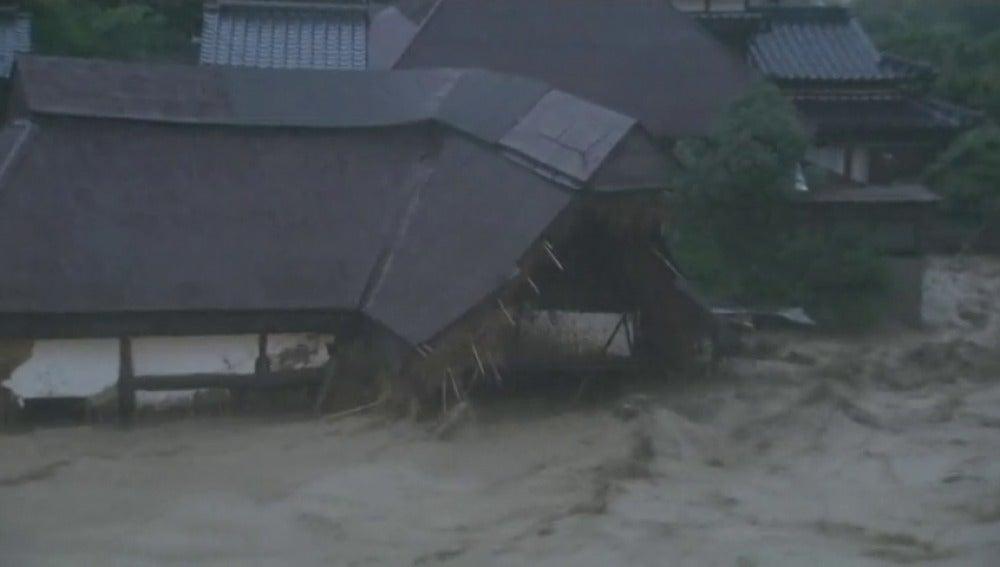 Al menos 2 muertos y medio millón evacuados por lluvias torrenciales en Japón