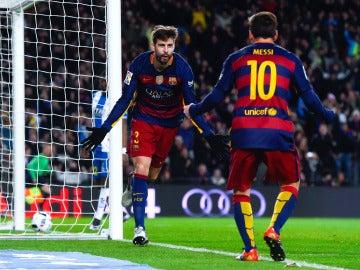 Gerard Piqué celebra un gol con Leo Messi