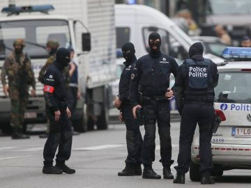 Policías bloquean el acceso al centro comercial City 2 en Bruselas