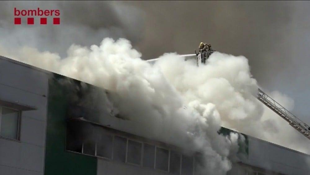 El incendio ha afectado a una nave de 1.200 metros cuadrados