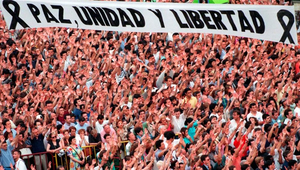 Manifestación en la Puerta del Sol el 14 de julio de 1997, tras el asesinato de Miguel Ángel Blanco