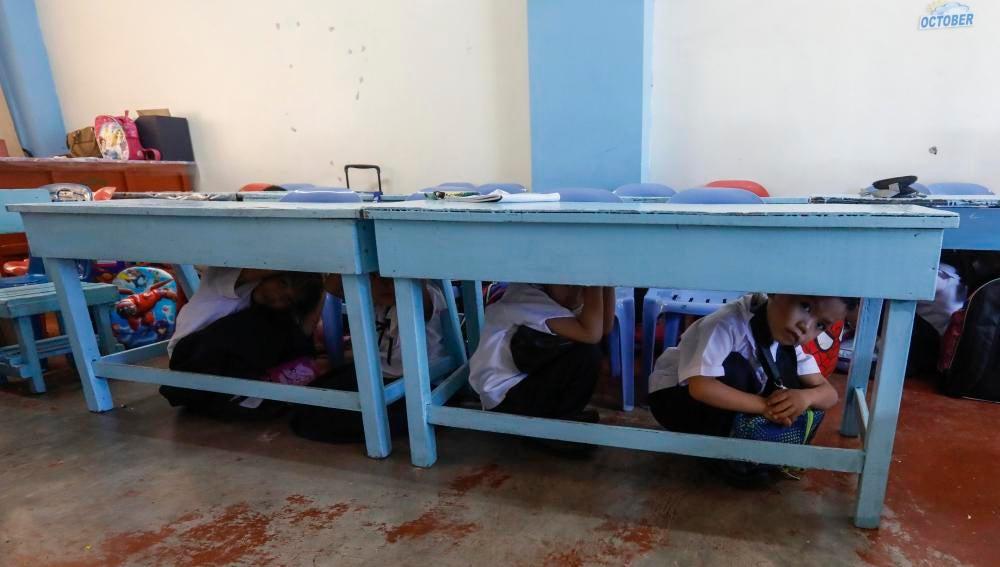 Alumnos de preescolar realizando un simulacro de terremoto