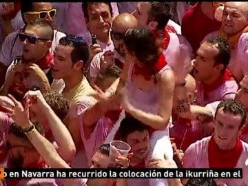 Las cámaras de Antena 3 Noticias captan cómo un hombre manosea a una chica subida a hombros de una amigo en San Fermín