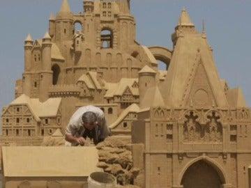 Gigantescas esculturas de arena se levantan en una playa del Mar Negro