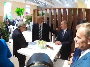 Trump y Putin se saludan personalmente antes de su primer encuentro oficial de esta tarde