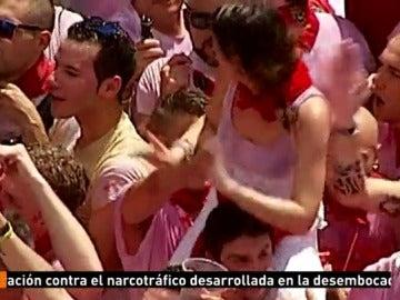 Las cámaras de Antena 3 Noticias captan cómo un hombre manosea a una chica subida a hombros en San Fermín