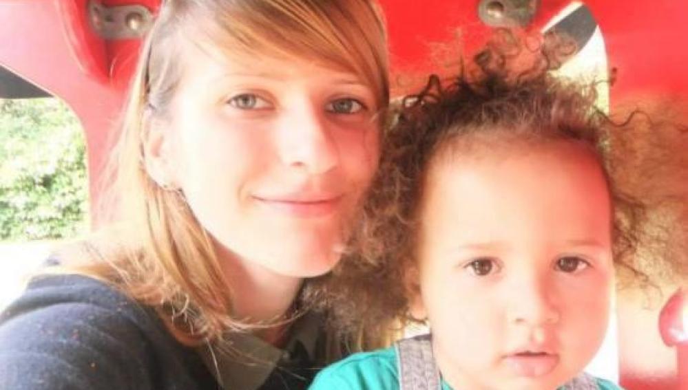Alex Malcolm, de cinco años, con su madre Lilya Breha