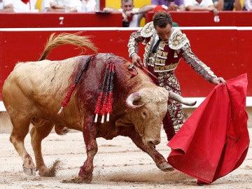 El diestro Juan Bautista en su faena con la muleta al primero de su lote durante la segunda de la feria del Toro de Pamplona