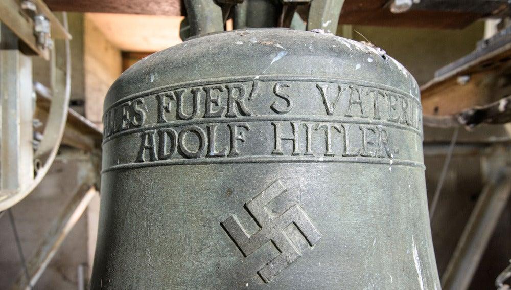 El nombre del dictador Adolf Hitler grabado en la campana de Herxheim am Berg