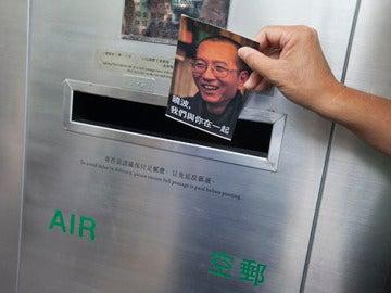 Un activista de la Alianza de Hong Kong de Apoyo a los Movimientos Democráticos Patrióticos de China echa al buzón una de las mil postales con mensajes de apoyo al disidente chino Liu Xiaobo