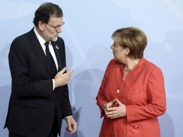 Angela Merkel da la bienvenida al presidente del Gobierno español, Mariano Rajoy, en la cumbre del G20