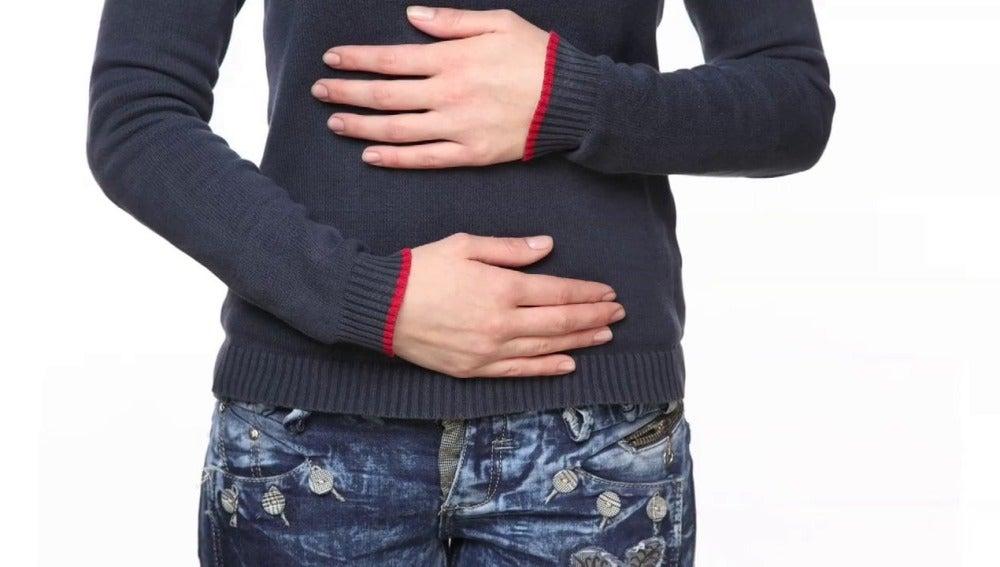 Los calambres y el dolor de estomágo son síntomas habituales en una intoxicación alimentaria.