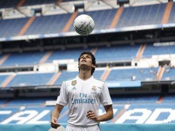 Vallejo posando con la camiseta del Real Madrid