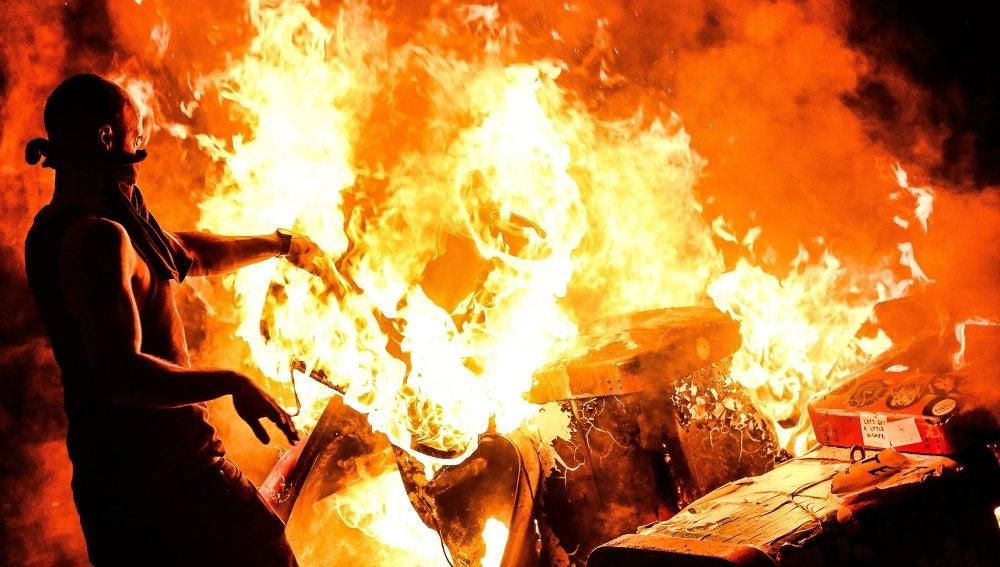 Un manifestante quema desechos durante una manifestación contra el G-20 en Hamburgo