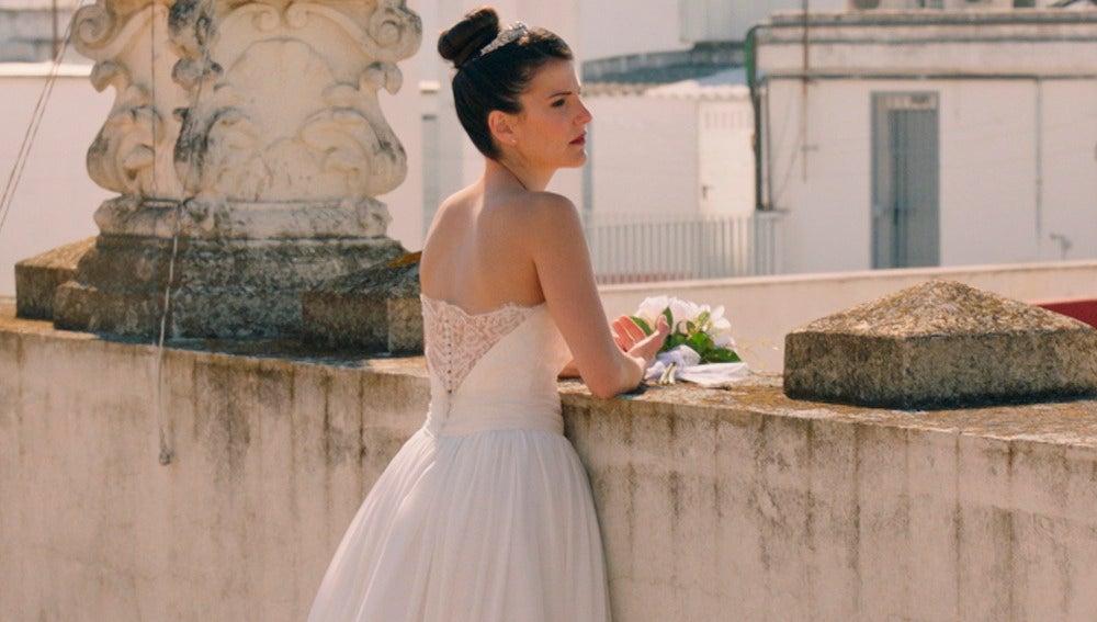 Trini luce un precioso vestido del diseñador César Arnaiz