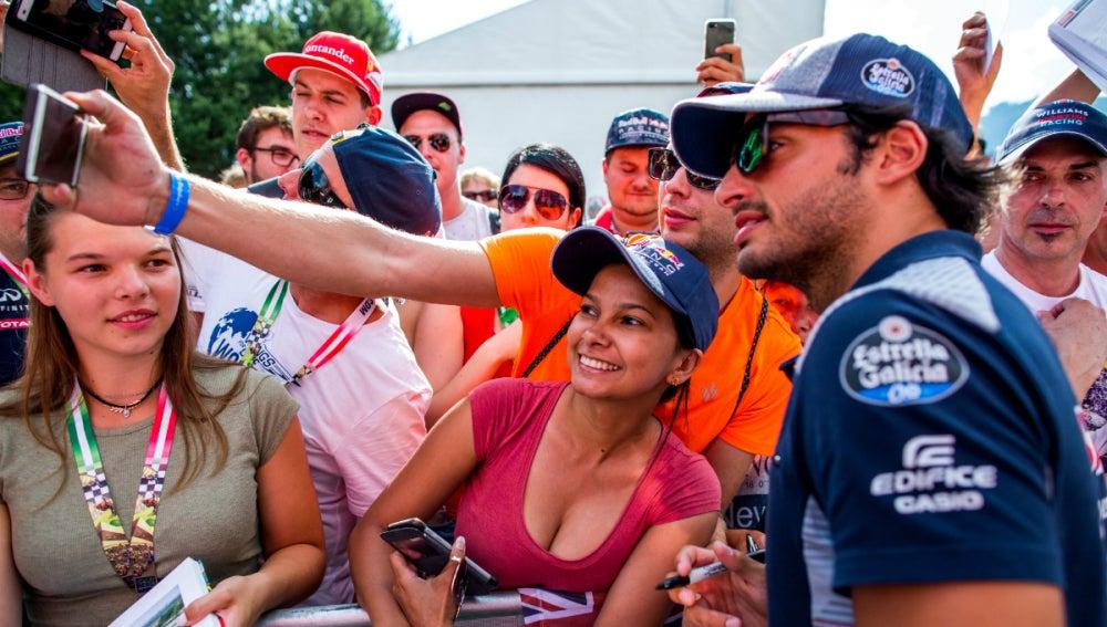 Sainz posa con unos fans
