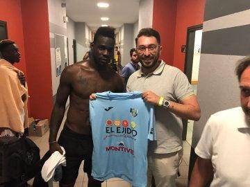 Balotelli, con la camiseta del CD Ejido 2012