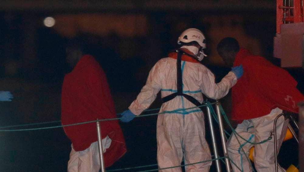 Varios inmigrantes llegan al puerto