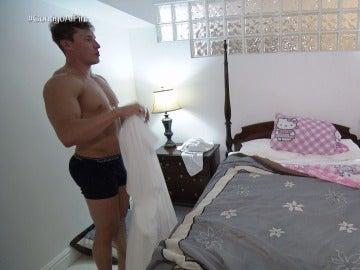 Nuria toma el control de la decoración de la cama de Raúl