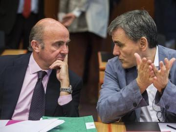 El ministro griego de Finanzas, Euclides Tsakalotos, y el ministro español de Economía, Luis de Guindos