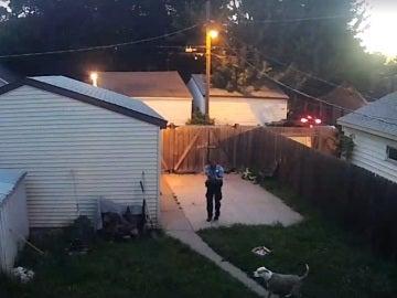 El policía disparando a uno de los perros