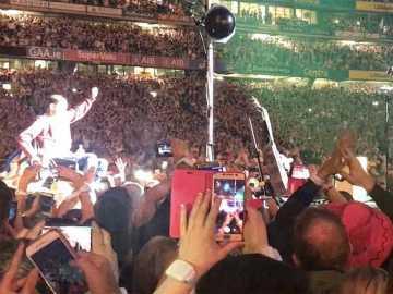 El joven, justo antes de subir al concierto