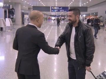 """Un encuentro en el aeropuerto un tanto peculiar: """"¿Quién eres, a dónde me llevas?"""""""