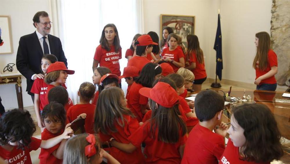 Mariano Rajoy con los niños en la Moncloa