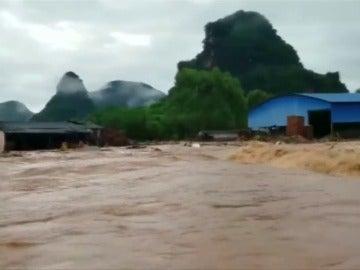 83 muertos y un  millon y medio de evacuados en China