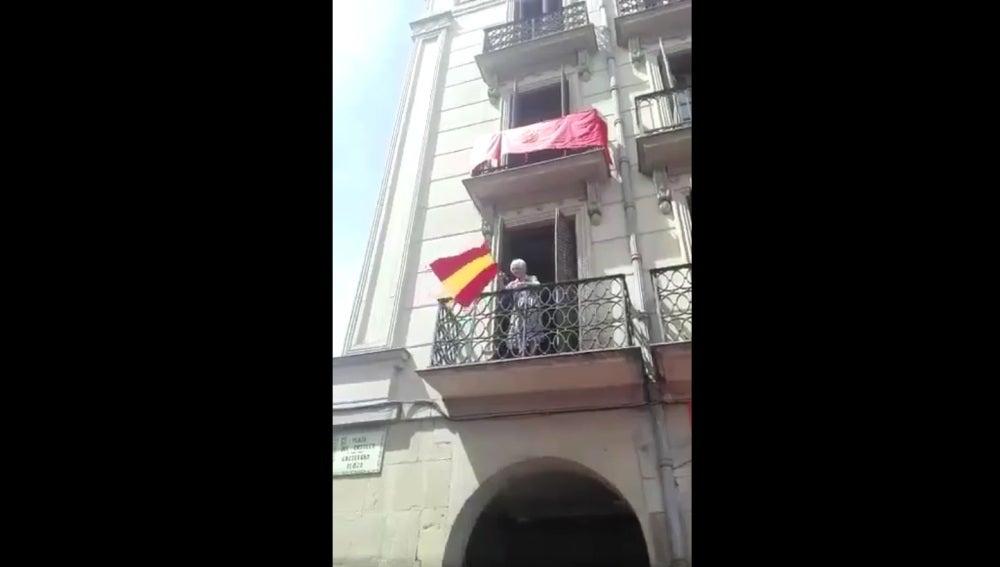 La mujer ondeando la bandera