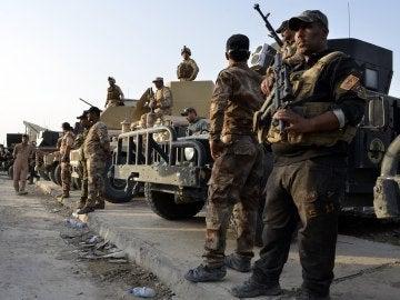 Soldados iraquíes custodian el centro de Mosul