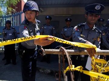 Policías de Tailandia poniendo un cordón policial